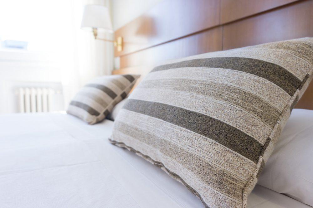Полосатые подушки на кровати