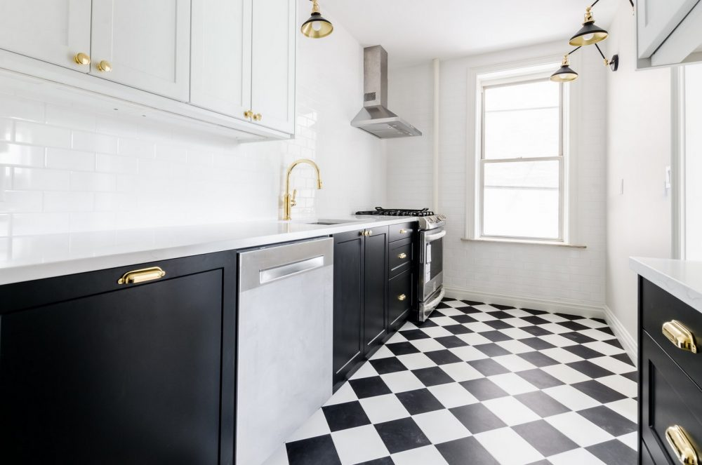 Вбудована посудомийка на кухні