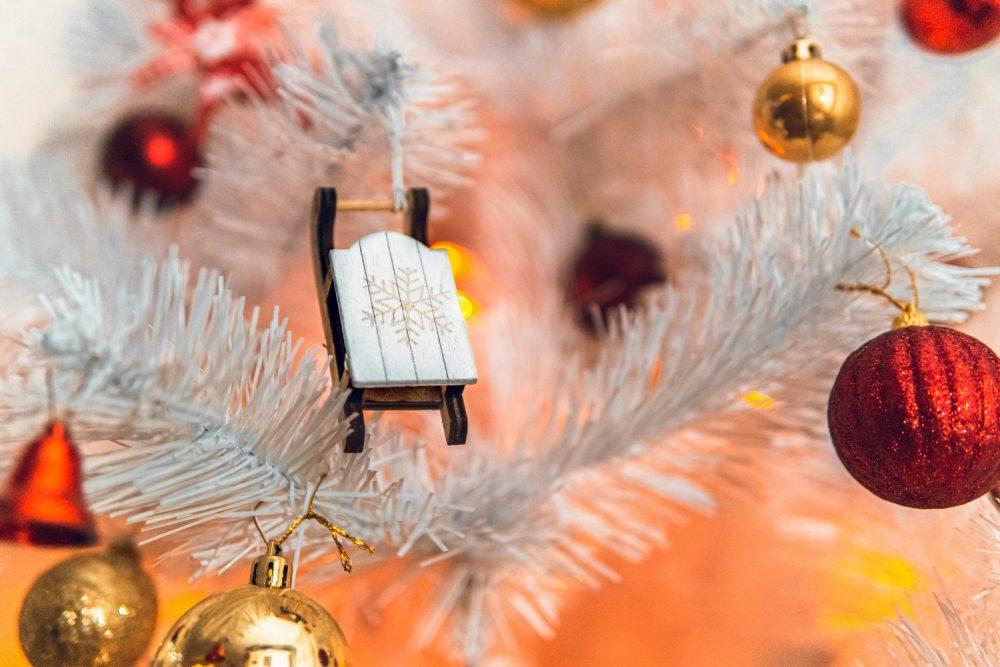 Белая искусственная елка
