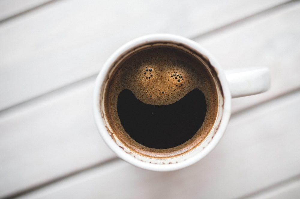 Натуральный кофе в белой чашке