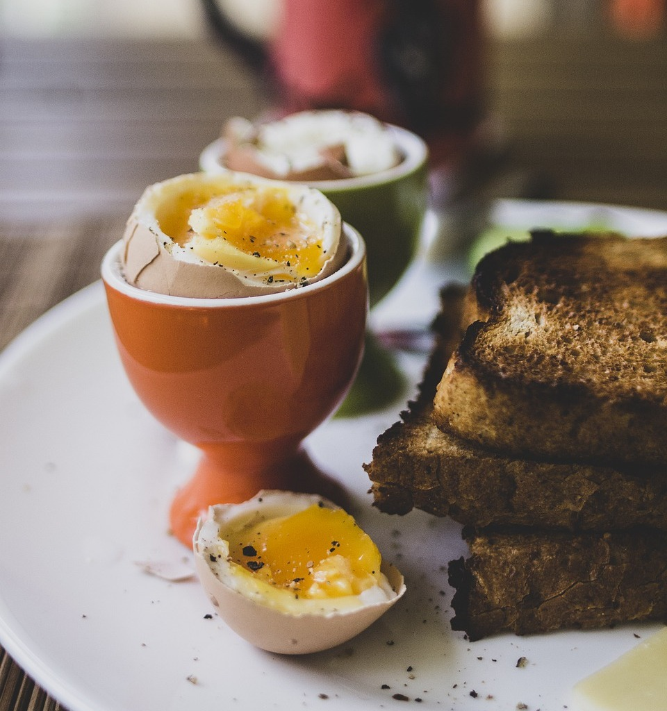 Яйца всмятку с тостами