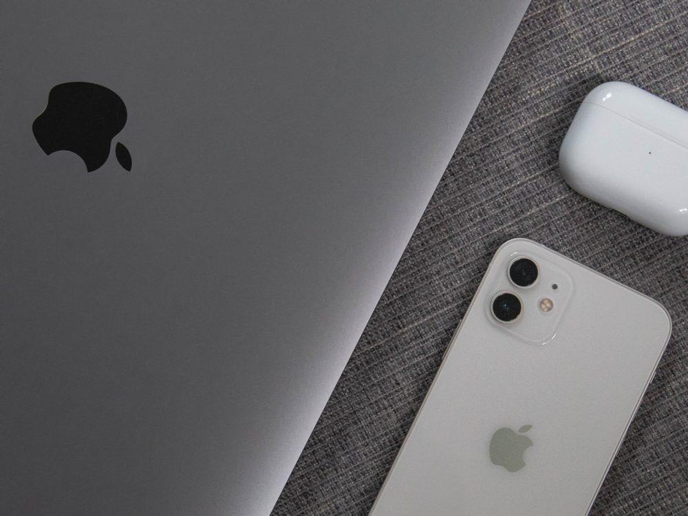 iPhone 12 поряд із MacBook