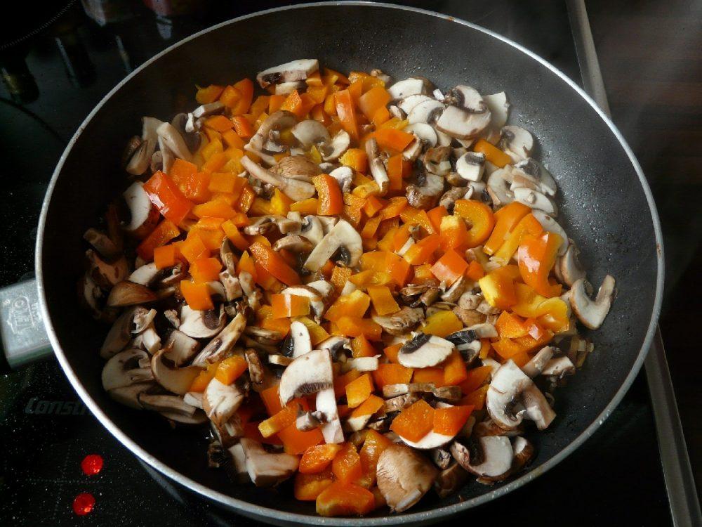 Білі гриби із солодким перцем і крутонами