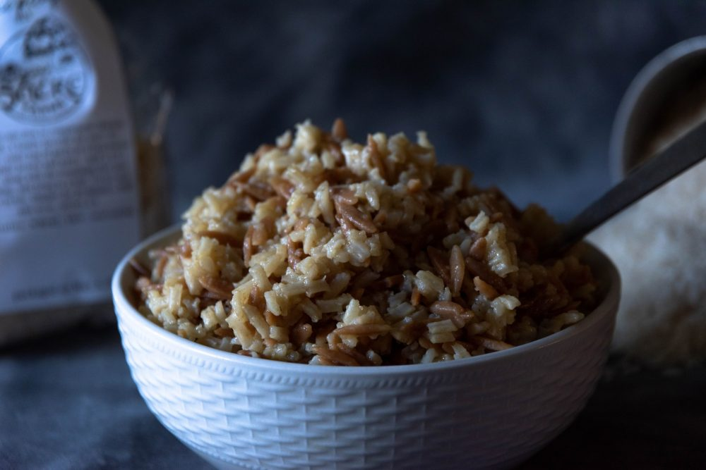 Рисовая каша с творогом, изюмом и медом