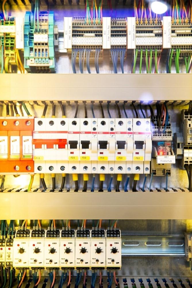 Щиток з автоматами у виконанні грамотного електрика