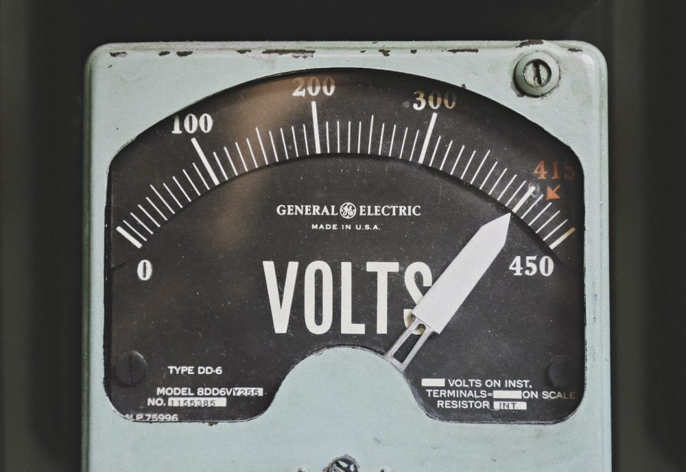 Вінтажний вольтметр, проведений у США
