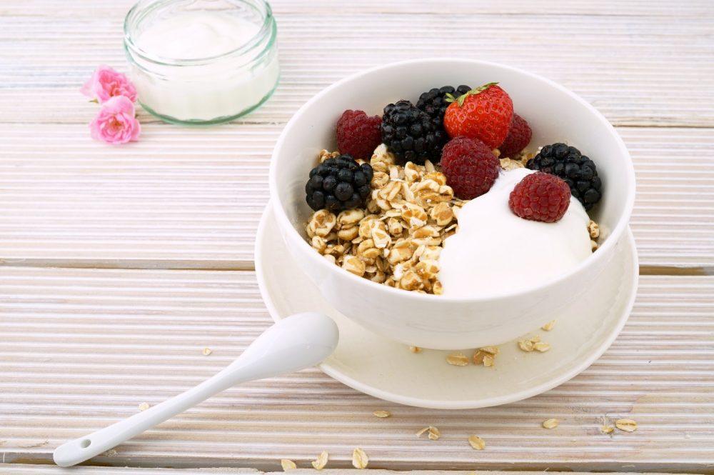 Йогурт с гранолой и ягодами