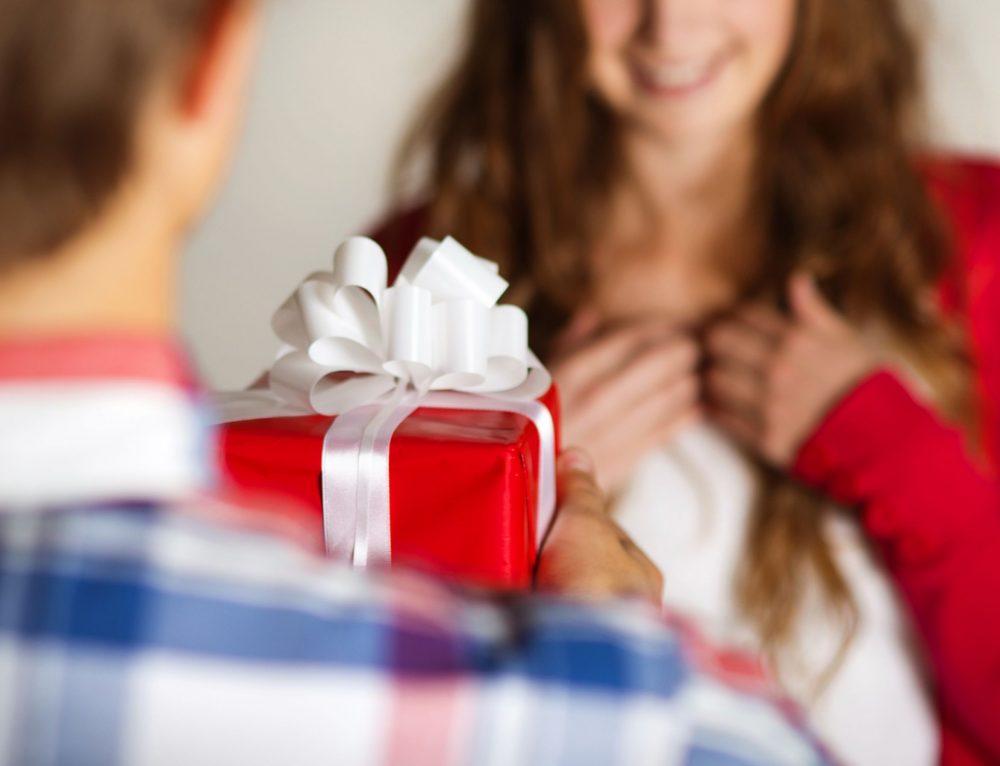Подарить кольцо девушке