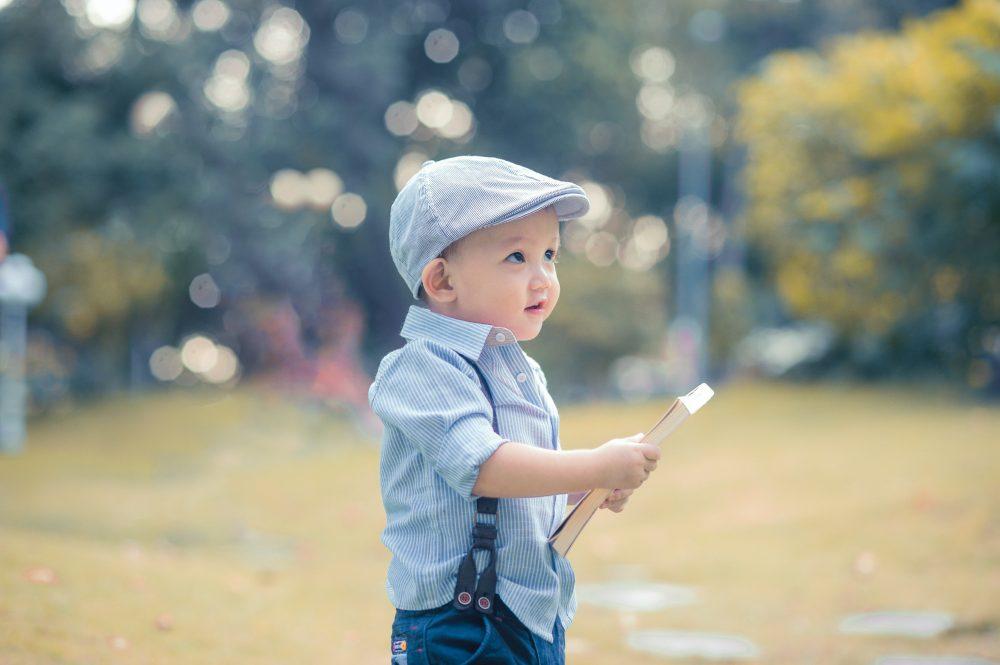 Дитина вчиться читати