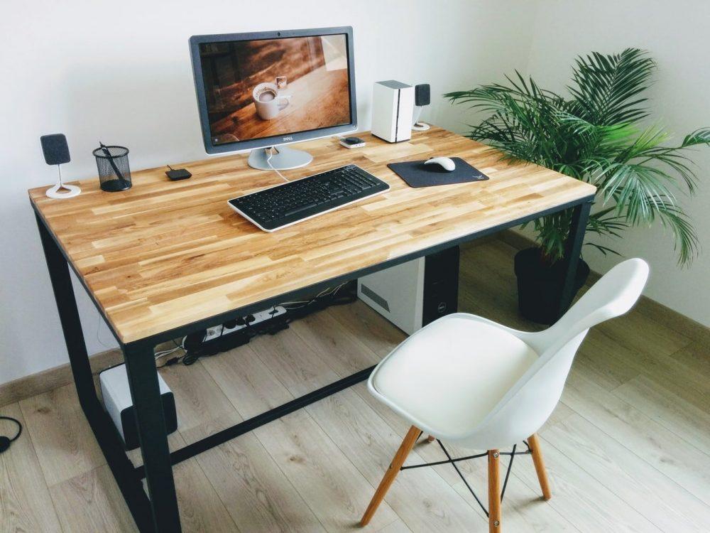 Прямоугольный компьютерный стол с деревянной столешницей