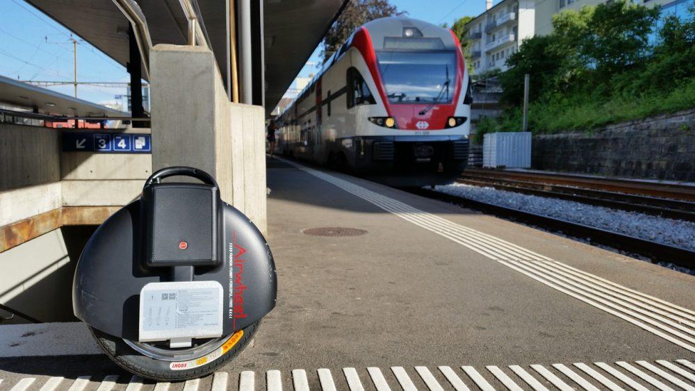 Моноколесо на фоне поезда