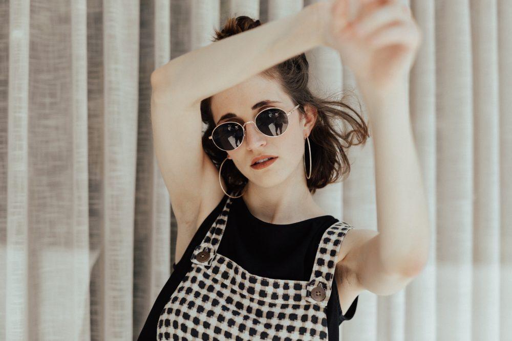 Сонцезахисні окуляри з темними скельцями