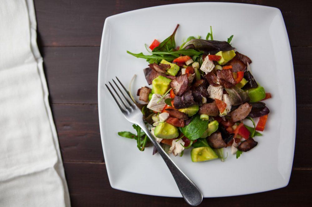 Простий овочевий салат з авокадо