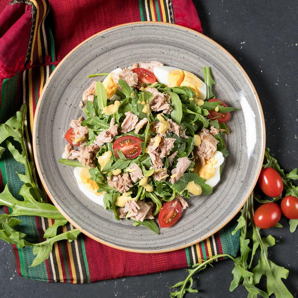 Смачний салат з тунцем і овочами