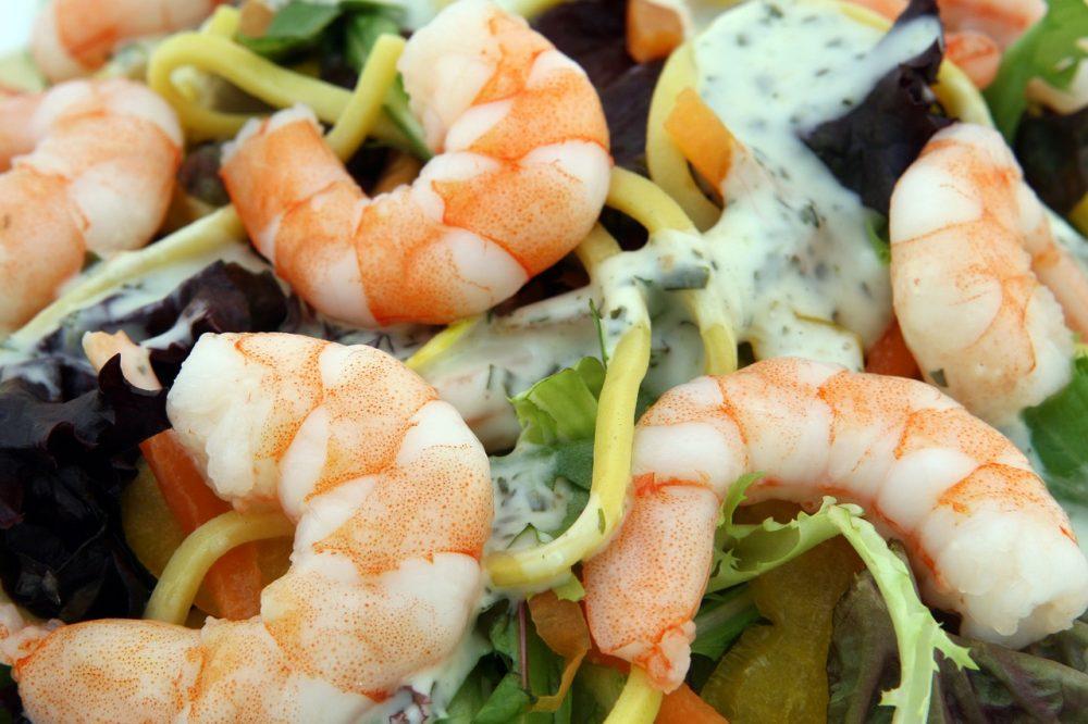 Овочевий салат з креветками і кальмарами