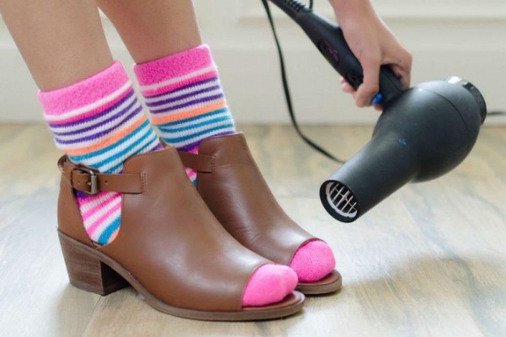 Как растянуть обувь феном